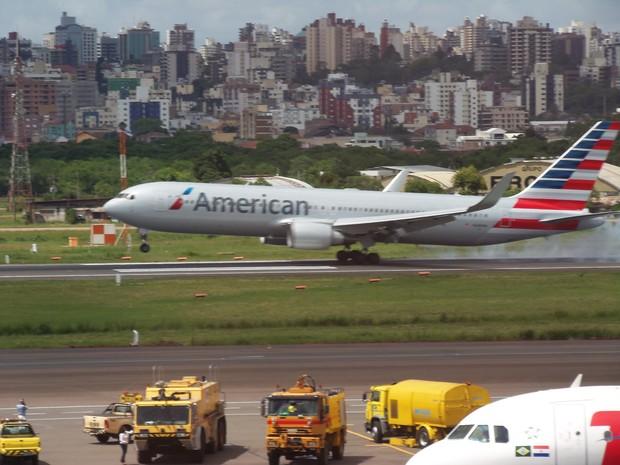 Avião da Américan Airlines pousa no Aeroporto Salgado Filho vindo de Miami (Foto: João Laud/RBS TV)