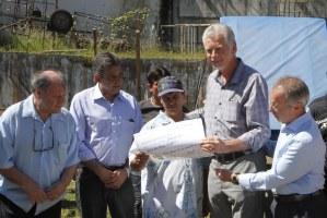 Prefeito entregou os cheques simbólicos das indenizações aos beneficiados  Foto: Ricardo Giusti/PMPA