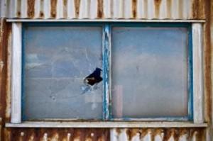 janela-quebrada-pintura_19-106077