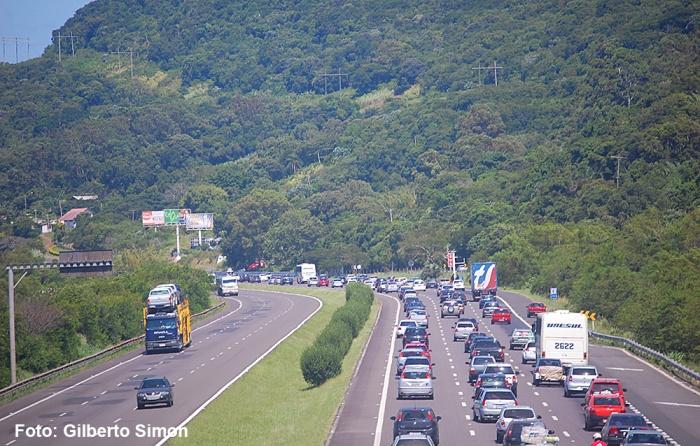 Congestionada nos finais de semana e feriadões, uma vista do viaduto da RS-040. Foto: Gilberto Simon