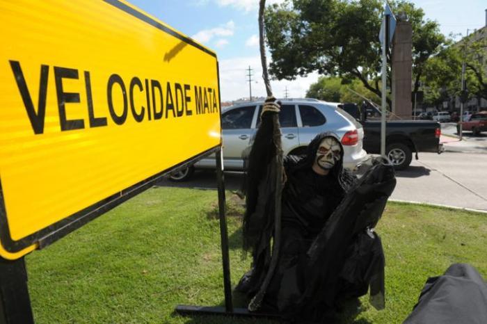"""Em uma das esquinas, a """"morte"""" aparecia ao lado de uma placa indicando o excesso de velocidade Crédito: Tarsila Pereira"""