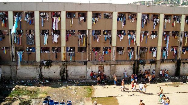 """Com capacidade para abrigar 2.000 presos, o Presídio Central de Porto Alegre mantém atualmente 4.500 encarcerados, o que corresponde a mais do dobro da lotação. É a pior penitenciária do Brasil, segundo a CPI. Apelidada de """"Masmorra"""", a parte superior da prisão abriga cerca de 300 detentos em celas descritas pelos deputados como """"buracos de 1 metro por 1,5 metro"""". O esgoto escorre entre as frestas das paredes do pátio central e trinta presos chegam a se amontoar em celas onde cabem cinco detentos, segundo o relatório."""