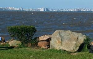 Lago Guaíba visto da cidade de Guaíba. Ao fundo Porto Alegre. Foto: Gerson Ibias