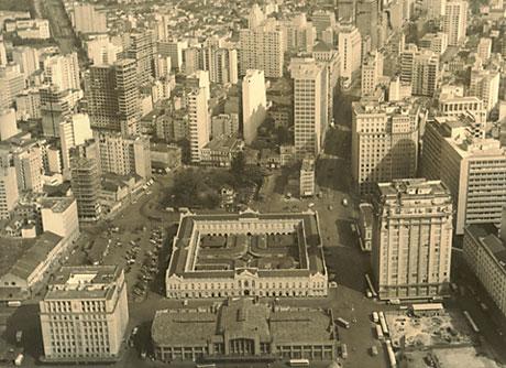 Porto Alegre, vista parcial aérea em 1950, com o Mercado Público ao centro Nesta época, já era pujante e tinha porte de metrópole