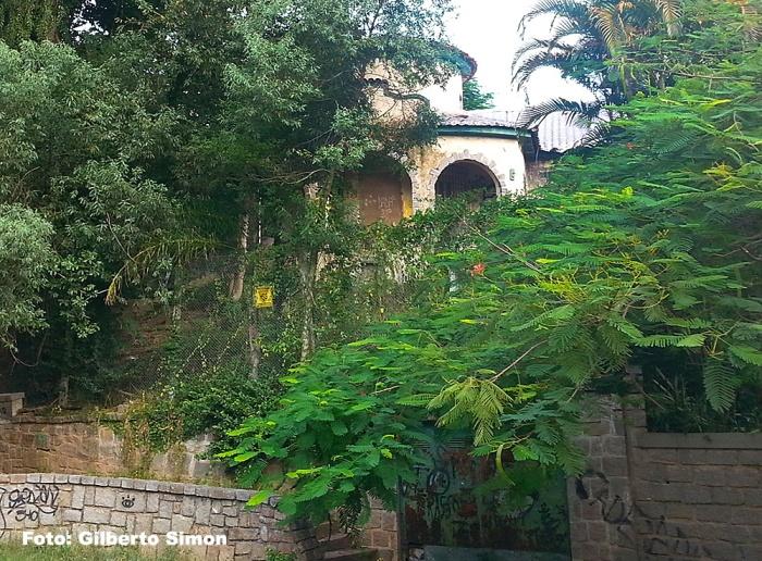 Casa da Estrela, na Rua Camerino, 34, uma das listadas, ja foi adquirida pela prefeitura e encontra-se abandonada, da maneira como está na foto, tirada dia 16/01/2014. É assim que a prefeitura cuida de seu patrimônio.