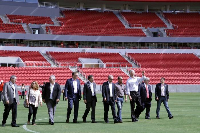 Comitiva percorreu metade do gramado que vai receber cinco jogos da Copa  Foto: Ivo Gonçalves/PMPA