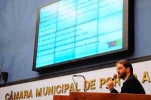 Airton detalhou aos vereadores o estudo do TCE.   Foto: Desirée Ferreira