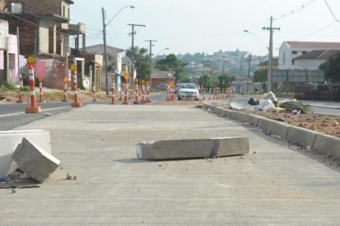 Moradores da região reclamam da quantidade de poeira e lixo acumulados no trecho Crédito: Tarsila Pereira
