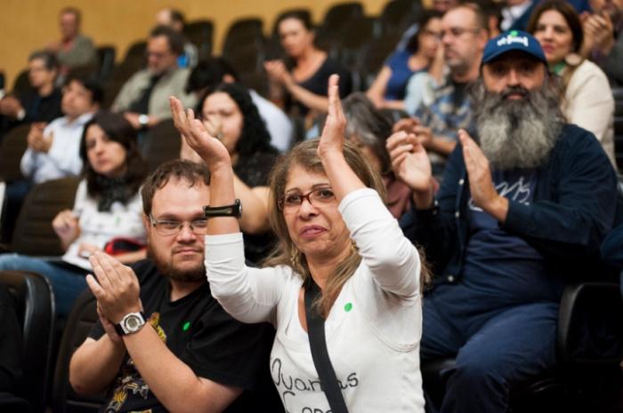 Das galerias, população aplaudiu pronunciamentos de representantes de movimentos comunitários | Foto: Ramiro Furquim/Sul21