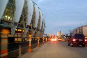 Padre Cacique começou a receber asfalto em frente ao estádio Crédito: Bernardo Bercht/Especial CP