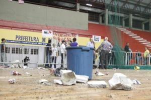 Grupo atirou rojões de dentro do ginásio Tesourinha Crédito: Ricardo Giusti / CP