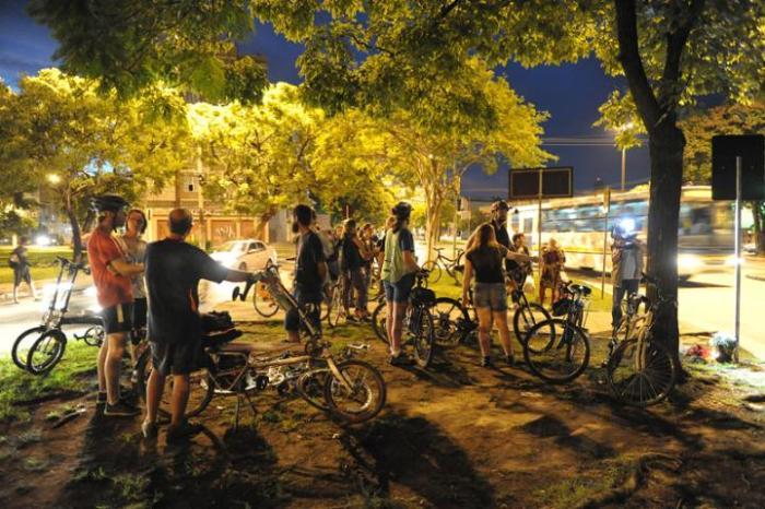 Ciclistas fazem vigília no local onde mulher foi atropelada em Porto Alegre Crédito: Fabiano do Amaral