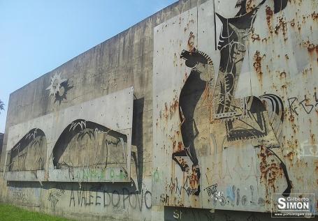 Ferrugem e pichações tomam conta da obra de Francisco Stockinger na Praça Dom Sebastião. Foto: Gilberto Simon - Porto Imagem