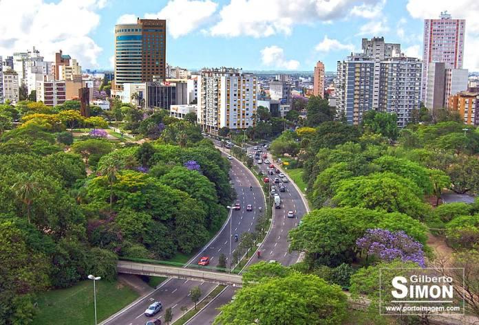 Parque Moinhos de Vento, cortado pela Av. Goethe. Árena nobre da cidade. Ao fundo, o Sheraton Hotel, o mais luxuoso de Porto Alegre.