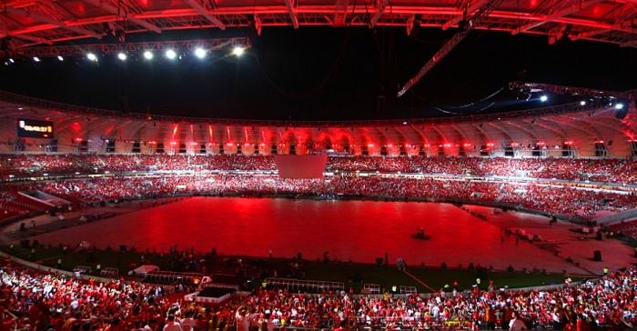 Estádio Beira-Rio ganhou luzes vermelhas, cor do Internacional, durante a festa de reinauguração.  AFP PHOTO / Lucas UEBEL