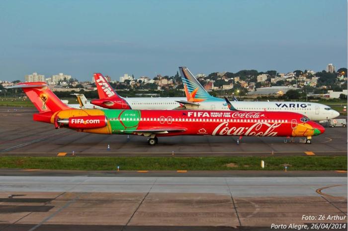 A aeronave MD-83 especialmente fretada para transportar a Taça da Copa do Mundo FIFA™. Foto: José Arthur Eidt