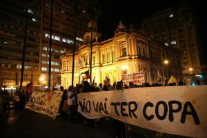 Manifestantes realizam marcha pacífica contra a Copa em Porto Alegre  Crédito: Ricardo Giusti