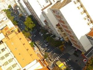 Rua Lima e Silva do alto, coração da Cidade Baixa. Foto: Gilberto Simon