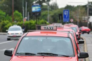 Taxistas avaliam parar atividades na Copa em função do uniforme  Crédito: André Ávila