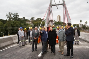 Tarso, Dilma e Olívio na abertura, junto com homens que realizaram a obra | Foto: Caco Argemi/Palácio Piratini