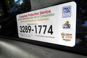 Distribuição do material começou quinta, por fiscais do Procon e da EPTC Foto: Thalles Campos/Divulgação PMPA