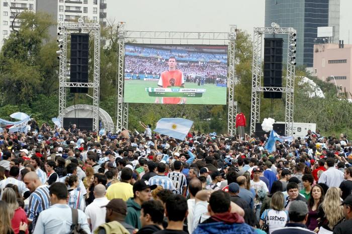Telão de 32 metros quadrados levou cerca de dez mil torcedores ao local.  Foto: Joel Vargas/PMPA