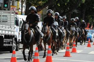 """Torcedores se assustaram com policiais armados, chamados tropa de """"Robocops""""  Crédito: Tasso Marcelo / AFP / CP"""