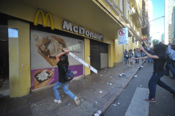 Uma filial da rede de lanchonetes McDonalds foi depredada / Foto: Paulo Nunes