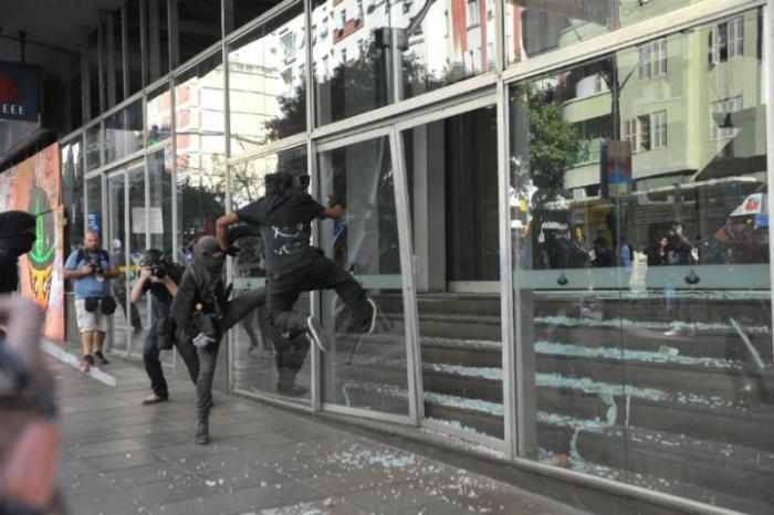 Manifestantes reviraram cônteineres e picharam paredes  Crédito: Paulo Nunes