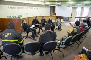 Representantes dos trabalhadores, das empresas, da Prefeitura e da segurança pública participaram da reunião| Foto: Juliano Antunes/Sul21