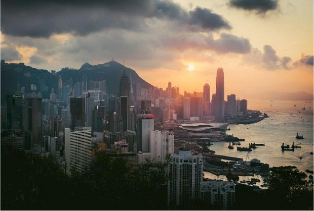 MAR DE PRÉDIOS Pôr do sol em Victoria Harbour, norte de Hong Kong. Os prédios altos concentram a população à beira-mar (Foto: Yiu Yu Hoi/Getty Images)