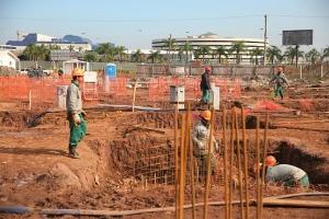 Empresa alega que está fazendo drenagem e redes de esgoto e água  Crédito: André Ávila