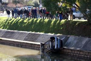Fiat Uno foi o sexto veículo no ano a se envolver em acidente no Arroio Dilúvio  Crédito: Samuel Maciel