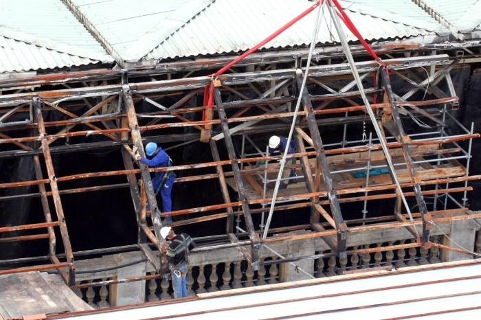 Após retirada das telhas, inicia-se a colocação da cobertura metálica Foto: Evandro Oliveira/PMPA