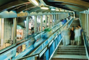Mid Levels Escalator, no centro de Hong Kong. O maior conjunto de escadas rolantes do mundo complementa o transporte urbano (Foto: Bonaventure/Getty Images)