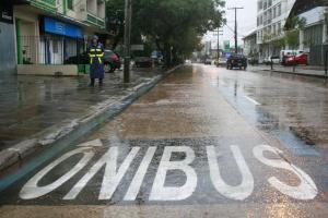 Faixa exclusiva na Avenida Brasil permitiu aos ônibus aumentarem em cinco vezes a velocidade  Crédito: Anselmo Cunha / PMPA / CP