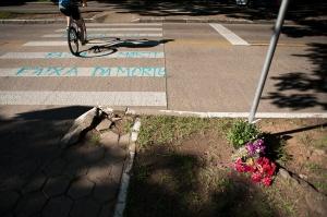 A ciclista Patrícia Figueiredo morreu atropelada na Avenida Erico Verissimo, onde manifestantes prestaram condolências e protestaram | Foto: Ramiro Furquim/Sul21