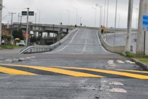 Quebra-molas foram construídos para reduzier velocidade na chegada à Capital  Crédito: André Ávila / CP Memória