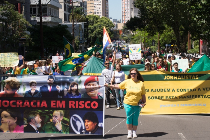 Para manifestantes, governos de esquerda democraticamente eleitos na América do Sul são ameaça à democracia | Foto: Bernardo Jardim Ribeiro/Sul21