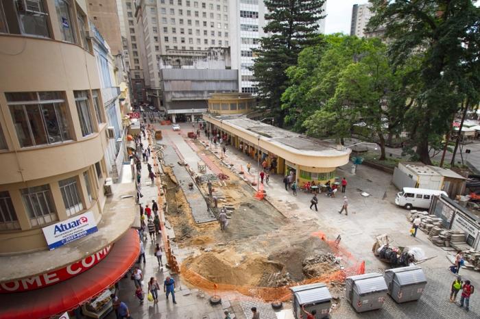 Do lado esquerdo da obra, lojas, do lado direito, pequenas lanchonetes | Foto: Filipe Castilhos/Sul21