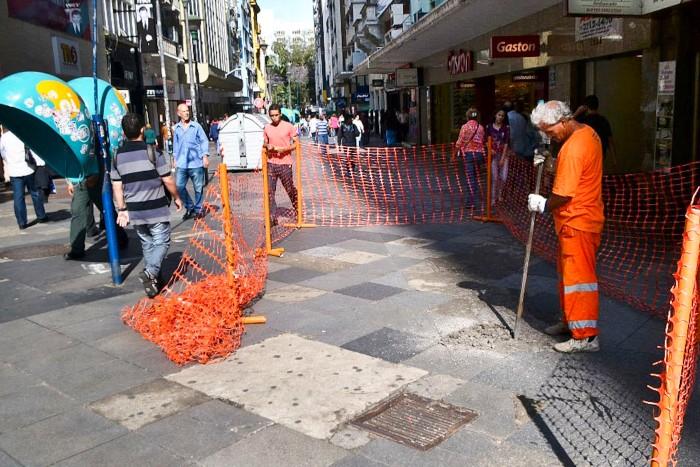 Ao todo, 600 lajes de granito serão aplicadas para substituir pedras quebradas Foto: Caco Belmonte/Divulgação/PMPA