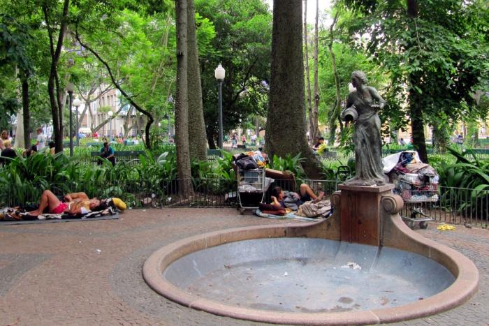 """Não somente a famosa """"mangueira amarela"""" parou de """"pingar"""" água e a fonte secou, como agora o entorno virou hotel-lounge dos mendigos. Foto: Gerson Ibias"""
