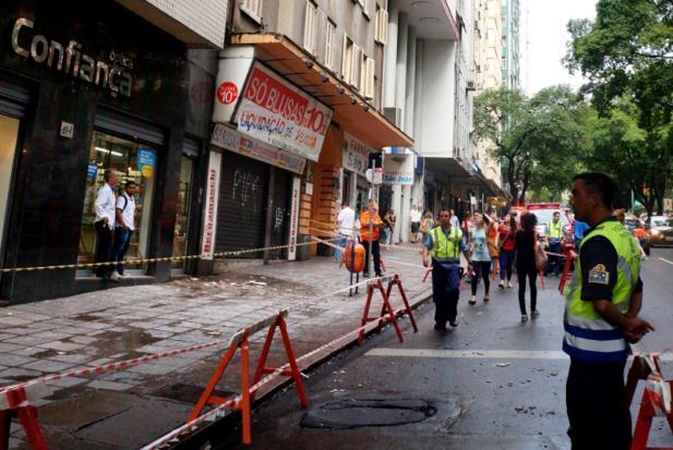 Material de acabamento ficou espalhado por calçada | Foto: Bernardo Bercht/Especial CP