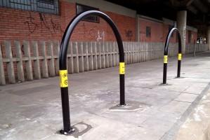 Equipamentos são adesivados com símbolos de estacionamento e bicicleta Foto: Mário Gonçalves/Divulgação PMPA