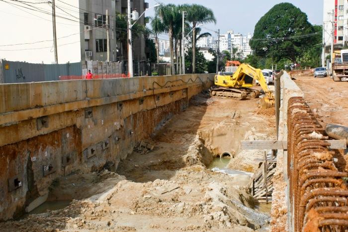 No momento, são executadas as paredes de contenção da trincheira Foto: Joel Vargas/ Arquivo PMPA