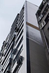 Faixa de pastilhas despencou do alto do prédio e outras ameaçam cair.