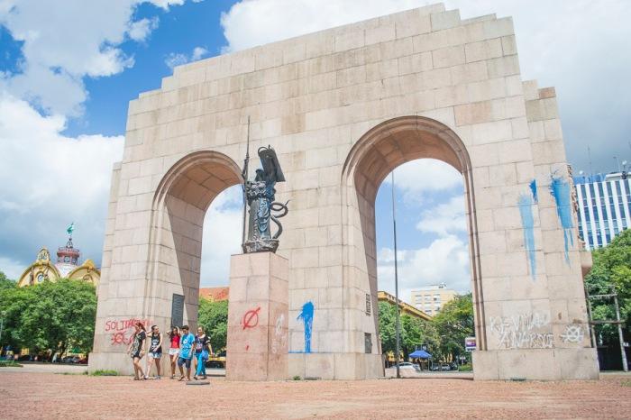 Há também poucas palavras pichadas no monumento   Foto: Alina Souza/Sul21