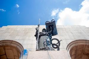 """Conhecido como """"arco"""", o Monumento ao Expedicionário recebeu tintas azuis   Foto: Alina Souza/Sul21 Débora Fogliatto"""