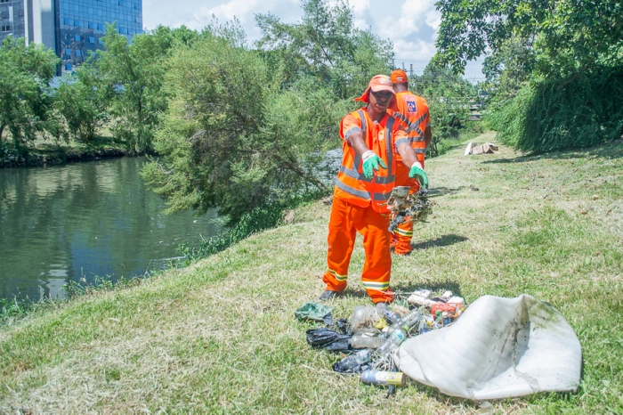 Os garis retiravam o lixo, como garrafas pets, e colocavam nas margens do Dilúvio para depois ser levado para o caminhão|Foto: Alina Souza/Sul21