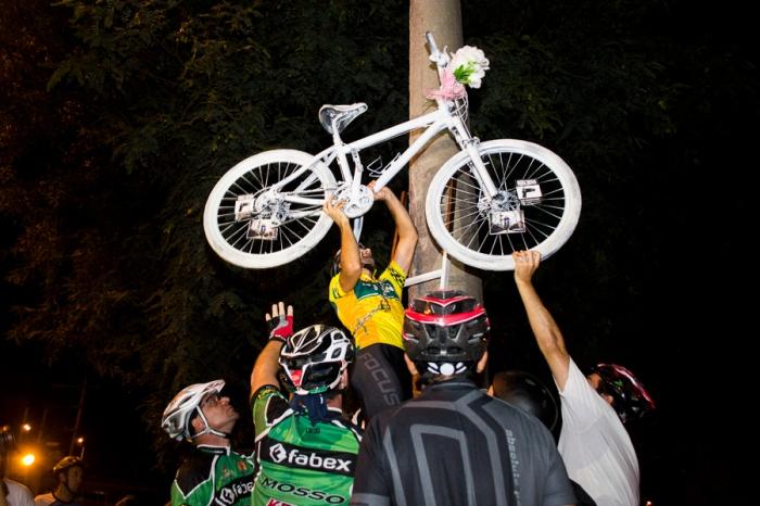 Uma antiga bicicleta do arquiteto Joel Fagundes, morto no  domingo, foi levada pelos ciclistas e instalada em um poste perto do local do acidente|Foto: Alina Souza/Sul21|Foto: Alina Souza/Sul21